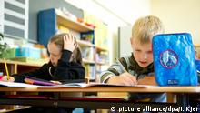Zwei Schüler (Emelie und Constantin) rechnen am 09.10.2014 in Stuttgart (Baden-Württemberg) an ihrem Pult ihre Mathematikaufgaben aus. Foto: Inga Kjer/dpa   Verwendung weltweit