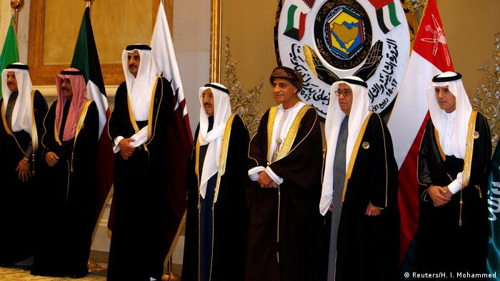 Kuwait GCC Gipfel Al-Jubeir, Al Khalifa, bin Mahmood, Al-Sabah and bin Hamad al-Thani pose for a family photo during the annual summit of GCC