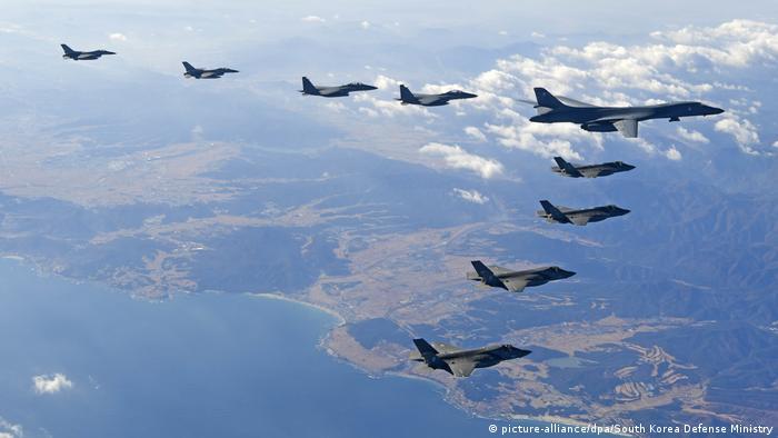 نیروی هوایی آمریکا دارای ۱۰ مرکز فرماندهی است. این نیرو در مجموع ۵ هزار و ۱۳۷ هواپیما و بالگرد در اختیار دارد که عمر متوسط آنها ۲۹ سال است. این نیرو همچنین ۶۳ ماهواره در مدار کره زمین در اختیار دارد. علاوه بر این نیروی هوایی آمریکا برای عملیاتهای ویژه تعدادی هواپیمای آنتونوف ۲۶، میگ ۲۳، سوخو ۲۷ و غیره نیز دراختیار دارد.