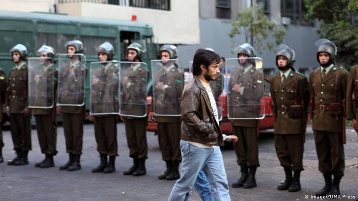 La película chilena NO, protagonizada por Gael García Bernal, destaca la campaña publicitaria que contribuyó para movilizar al electorado y vencer a Pinochet.