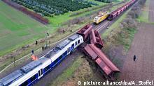 06.12.201+++ Die Unfallstelle nach einem Zugunglück bei Meerbusch (Nordrhein-Westfalen), fotografiert am 06.12.2017 mit einer Drohne. Rechts ein teilweise entgleister Güterzug, links ein Personenzug. Am Abend des 05.12. war ein Regional-Express auf der Strecke von Köln nach Krefeld (RE7)auf einen stehenden Güterzug geprallt. Nach jüngsten Angaben der Bundespolizei gab es 50 Verletzte, davon erlitten 41 leichte Verletzungen. Foto: Arnulf Stoffel/dpa | Verwendung weltweit