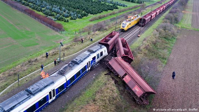 Train accident in Meerbusch, Germany (picture-alliance/dpa/A. Stoffel)