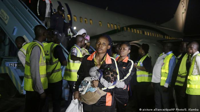 Nigeria Flüchtlinge kehren nach Lagos zurück (picture alliance/dpa/AP Photo/S. Alamba )