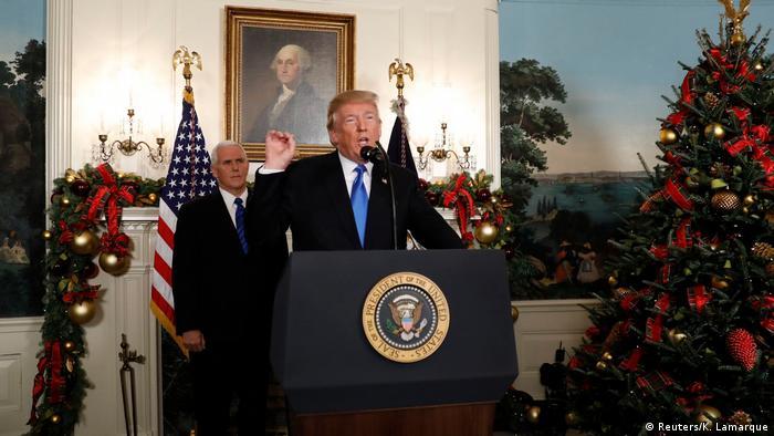 Trump (primeiro plano) fez, na Casa Branca, o comunicado da transferência da embaixada americana de Tel Aviv para Jerusalém.