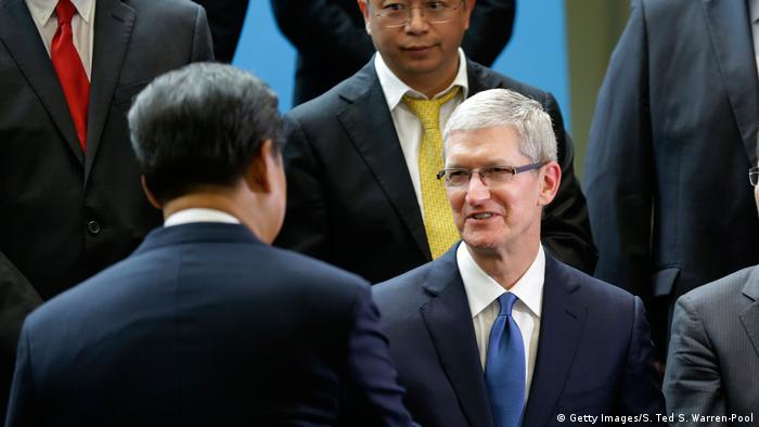 Chinese President Xi Jinping, Apple's Tim Cook (Getty Images/S. Ted S. Warren-Pool)