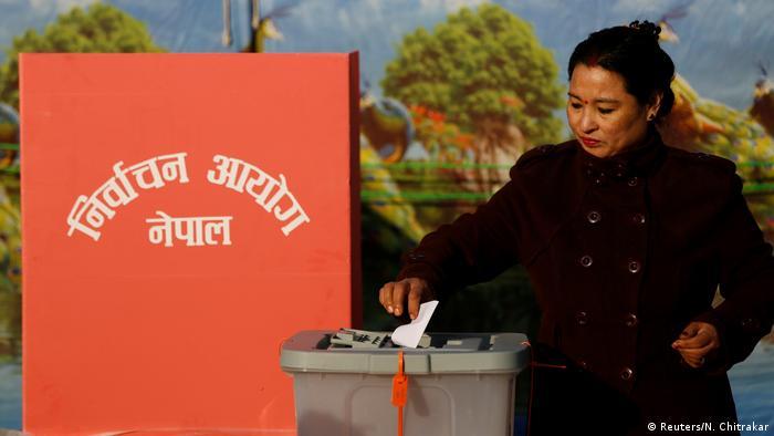 Nepal Wahlen Wählerin in Bhaktapur