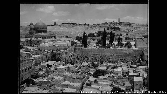 Historical picture of Jerusalem's ancient city, from 1900 (Library of Congress Prints and Photographs Division, LC-DIG-matpc-06075)