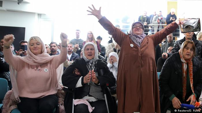 این یکی از بزرگترین جنایات جنگی بعد از جنگ جهانی دوم محسوب میشود. راتکو ملادیچ، ژنرال صرب ۸ هزار بوسنیایی را در دهه ۹۰ میلادی به قتل رساند. او بیش از ۱۶ سال خود را مخفی نگاه داشته بود تا اینکه سرانجام در مه ۲۰۱۱ دستگیر و در سال ۲۰۱۷ در دیوان عالی لاهه به خاطر نسلکشی و جنایاتش به حبس ابد محکوم شد. تصویری از فریاد شادی زنان سربرنیتسا که همسران و پسرانشان را در جریان این کشتار از دست دادند.