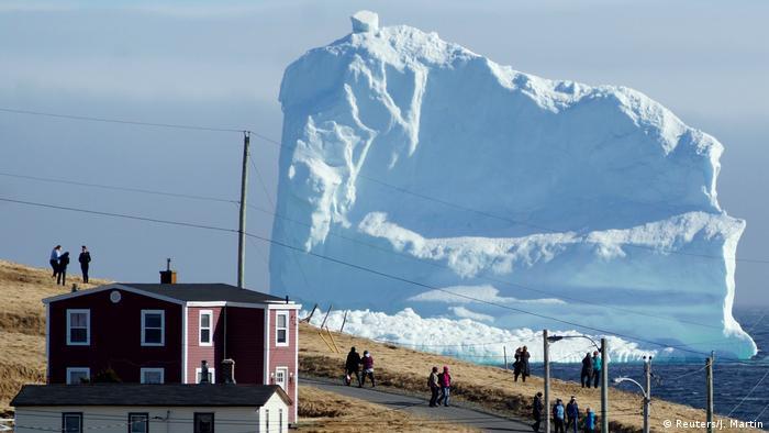 کوههایی که از طریق بلوار کوههای یخی در کانادا در مسیر جنوب در حرکتاند، به جذابیتی توریستی بدل شدهاند و در عین حال نمایانگر معضل گرمایش زمین و تغییرات اقلیمی هستند. بزرگی این کوهها و شمار آنها در این سالها افزایش یافته است. این مسئله نگرانی هواشناسان و کارشناسان تغییرات اقلیمی را برانگیخته است.