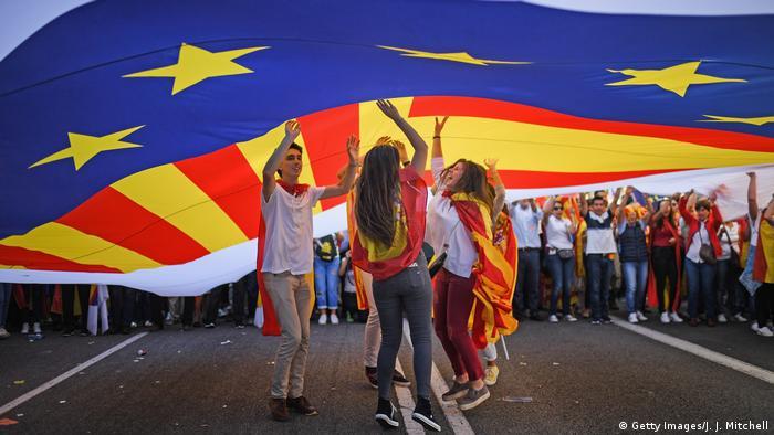 شمار زیادی از شهروندان جوان یک هفته پس از برگزاری همهپرسی اسقتلال کاتالونیا در بارسلون برای دفاع از حفظ وحدت اسپانیا تظاهرات کردند. پیش از آن دولت اسپانیا کوشیده بود، جلوی برگزاری این همهپرسی بحثبرانگیز را با کمک نیروهای پلیس بگیرد. اسپانیا در سال ۲۰۱۷ شاهد تظاهرات و گردهماییهای بیشماری بود که از سوی هواداران استقلال کاتالونیا از یک سو و طرفداران اتحاد اسپانیا از سویی دیگر برگزار شد.