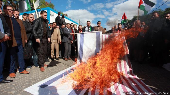 У Секторі Гази спалюють ізраїльський та американський прапори