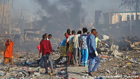 People in the aftermath of an explosion in Mogadishu (photo: picture alliance/dpa/AAS. Mohamed)