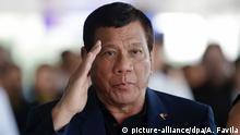 ARCHIV - Der philippinische Präsident Rodrigo Duterte salutiert am 24.05.2017 auf dem Flughafen in Manila, Philippinen, nach seiner vorzeitigen Rückkehr von einer Russland-Reise. (zu dpa Duterte droht mitAusweitung des Kriegsrechts vom 24.05.2017) Foto: Aaron Favila/AP/dpa +++(c) dpa - Bildfunk+++ |