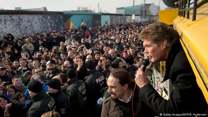 Der amerikanische Schauspieler und Sänger David Hasselhoff spricht am 17. März 2013 aus dem Van in der East Side Gallery in Berlin