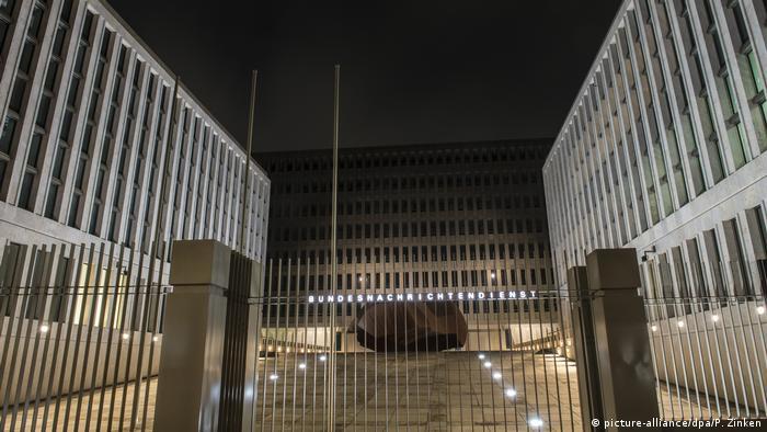Поблизу головного входу, на подвір'ї штаб-квартири БНД, - художній об'єкт з червонястої сталі.