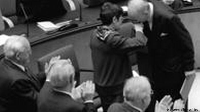 Wladyslaw Bartoszewski und Rita Süssmuth im Bundestag 1995