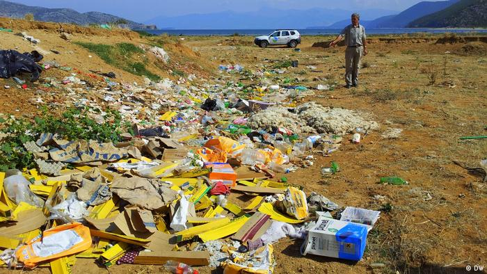 Albania: rubbish on the ground