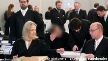 08.12.2017 Ein Angeklagter (M) sitzt am 08.12.2017 in Düsseldorf (Nordrhein-Westfalen) zwischen Anwälten im Prozesssaal beim Auftakt des Loveparade-Strafprozesses. Das Landgericht Duisburg hat auf dem Gelände der Messe Düsseldorf einen Saal im Kongresszentrum gemietet. Bis Ende 2018 sind zunächst 111 Verhandlungstage eingeplant. Bei der Loveparade am 24. Juli 2010 in Duisburg waren in einem Gedränge 21 Menschen erdrückt und mehr als 650 verletzt worden. Der Angeklagte wurde auf Anweisung des Gerichtes gepixelt. Foto: Ina Fassbender/dpa/Pool +++(c) dpa - Bildfunk+++   Verwendung weltweit