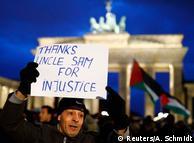 """""""Дякую дядькові Сему за несправедливість"""" - плакат протестувальника у Берліні"""