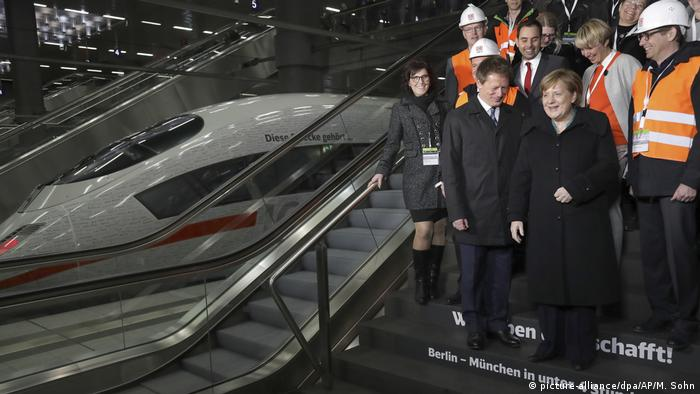 Angela Merkel, Richard Lutz and construction workers at the inauguration ceremony.