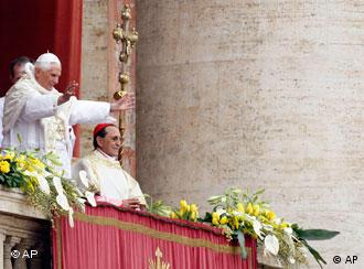 Benedict XVI gives the urbi et orbi message in Rome