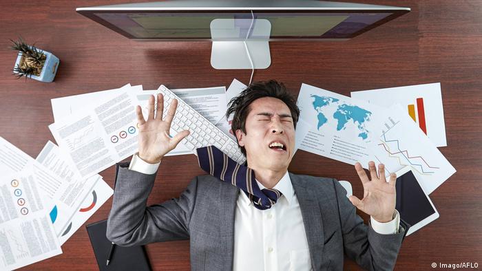 Japan Symbolbild Burnout im Büro (Imago/AFLO)