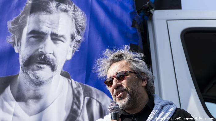 Berlin Can Dundar übt Solidarität mit Deniz Yücel (picture-alliance/Zumapress/J. Scheunert)