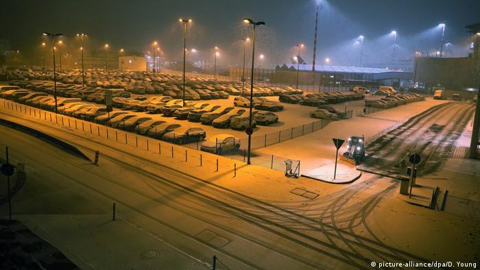 A neve sobre o estacionamento do aeroporto de Düsseldorf indica