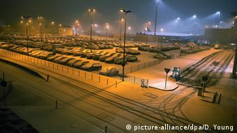 Estacionamento do aeroporto de Düsseldorf completamente coberto por neve