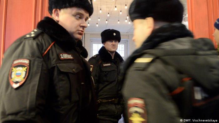 Полиция у входа в зал заседаний на конференции Открытой России
