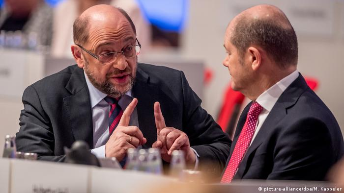 Former SPD-head Martin Schulz speaks with Hamburg Mayor Olaf Scholz at a party conference