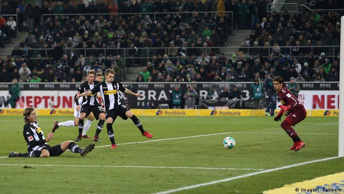 Bundesliga - Borussia Mönchengladbach vs Schalke 04 | Eigentor Jannik Vestergaard (Imago/T. Rehbein)