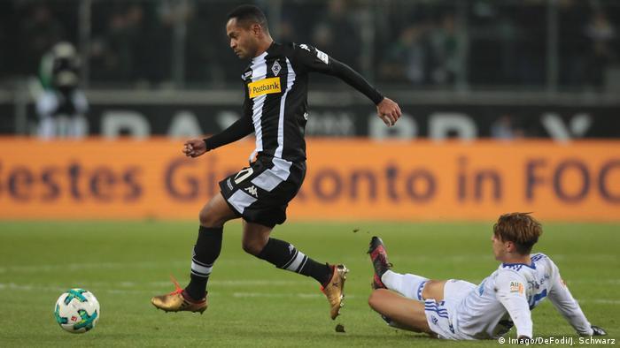Mönchengladbachs Raffael im Zweikampf gegen Schalkes Amine Harit. Foto: Imago