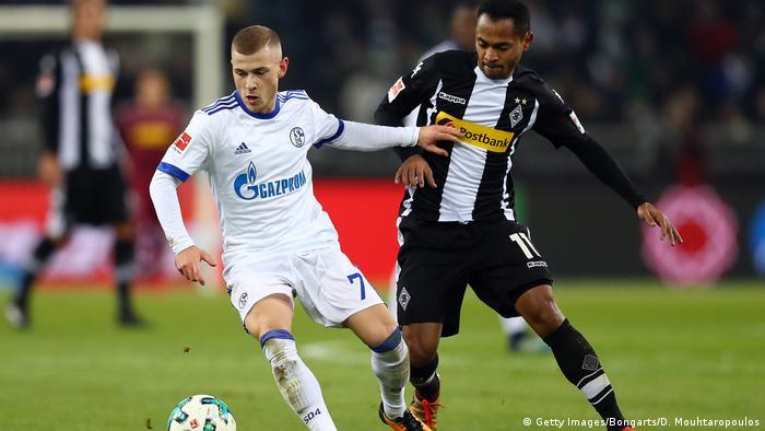 Schalkes Meyer behauptet den Ball gegen Raffael. Foto: Getty Images