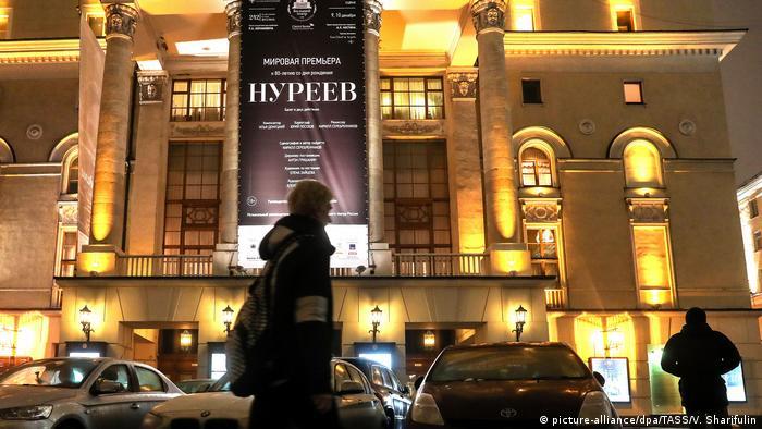 A poster promoting theatre director Kirill Serebrennikov's Nureyev ballet seen outside the Bolshoi Theater (picture-alliance/dpa/TASS/V. Sharifulin)