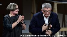 Польский режиссер Агнешка Холланд вручает премию Александру Сокурову