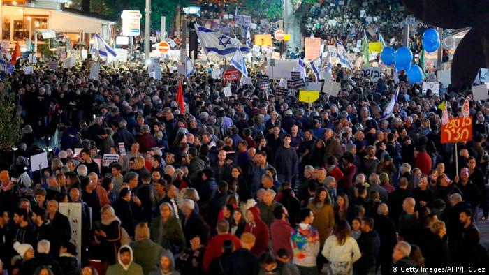 Thousands protest Netanyahu in Tel Aviv