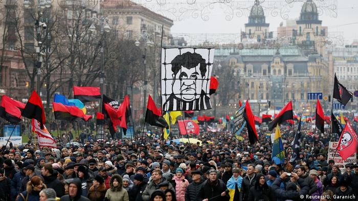 Thousnads of Ukrainians rally in central Kiev in support of Mikheil Saakashvili, waving flags and banner's, including one with a characature of President Petro Poroshenko wearing a prison uniform.