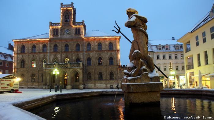 Deutschland Weimar im Winter - Rathaus Neptunbrunnen (picture-alliance/dpa/M. Schutt)
