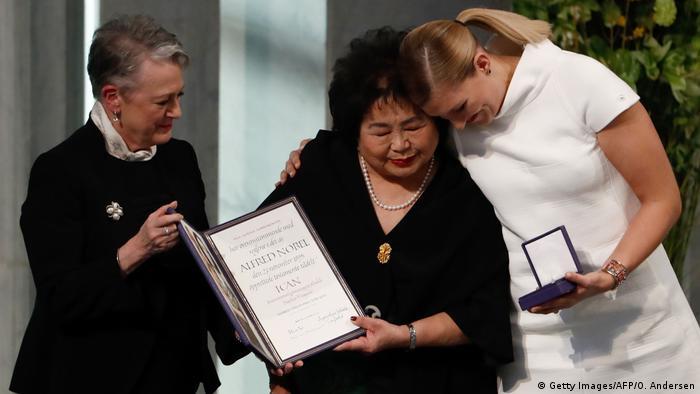 Berit Reiss-Andersen, do Comitê Nobel, com Setsuko Thurlow e Beatrice Fihn