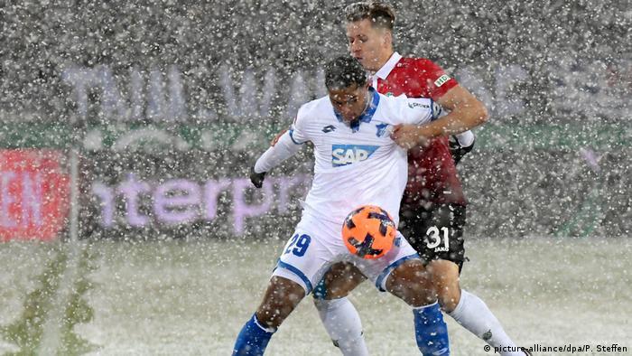 Dois jogadores de futebol sob a neve.