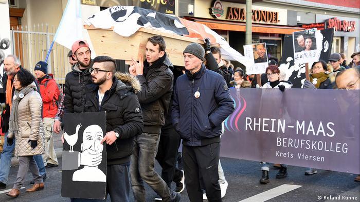 Berlin Demonstration von SchülerInnen für Liu Xiaobo (Roland Kühne)
