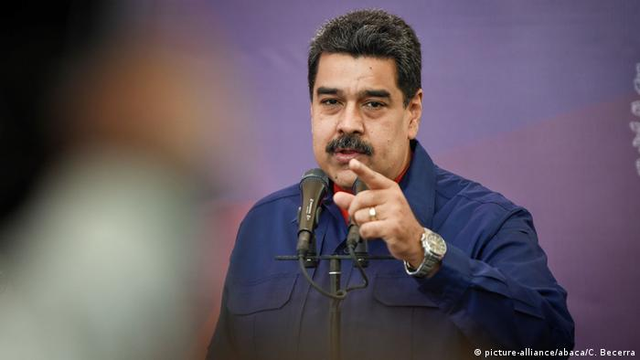 Nicolas Maduro at a microphone (picture-alliance/abaca/C. Becerra)
