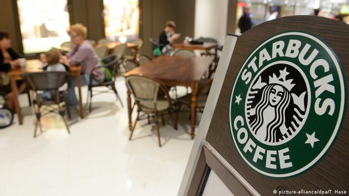 Starbucks - Cafe mit Logo (picture-alliance/dpa/T. Hase)