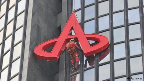 Logo je velik 4,3 puta 4,9 metara i težak 150 kilograma. Iako škarasti Agrokorov A sja nad gradom već godinama, ovo nije prvi put da je ugašen - 2012. godine zapalio se zbog kvara na električnim instalacijama, te je djelomično izgorio, no obnovljen je na samom tornju.