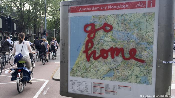 Mapa de Amsterdã mostra os dizeres pichados vão para casa, dirigidos aos turistas