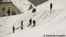 Deutschland, Wintereinbruch, Kinder spielen im Schneegestöber