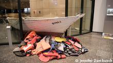 Dieses Boot, mit dem bis zu 100 Flüchtlinge über das Mittelmeer nach Europa kamen, holte der Kölner Kardinal Rainer Maria Woelki nach Deutschland