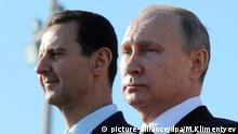 Der russische Präsident Wladimir Putin (r.) und der syrischen Präsident Baschar al-Assad schauen sich am 11.12.2017 in Hmeimim (Syrien) auf der Luftwaffenbasis Hmeimim eine Truppenübung an. (zu dpa Kremlchef Putin besucht russische Luftwaffenbasis in Syrien vom 11.12.2017) Foto: Mikhail Klimentyev/POOL SPUTNIK KREMLIN/dpa +++(c) dpa - Bildfunk+++ |