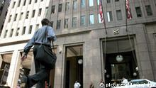 ARCHIV - Das Gebäude der Investmentbank Goldman Sachs in New York (Archivfoto vom 06.07.2007). Die Chefs der US-Investmentbank Goldman Sachs werden in diesem Jahr nicht die üblichen Millionen-Prämien bekommen. Die sieben Top-Manager des Wall-Street-Konzerns erhielten lediglich ihr Grundgehalt von 600 000 Dollar, sagte ein Sprecher von Goldman Sachs dem «Wall Street Journal» vom Montag 17.11.2008. Sie hätten angesichts der Finanzkrise freiwillig auf die Boni verzichtet. Foto: Justin Lane +++(c) dpa - Bildfunk+++